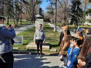 """Ученичка смая пловдивчани със завладяващ рецитал на """"Опълченците на Шипка"""