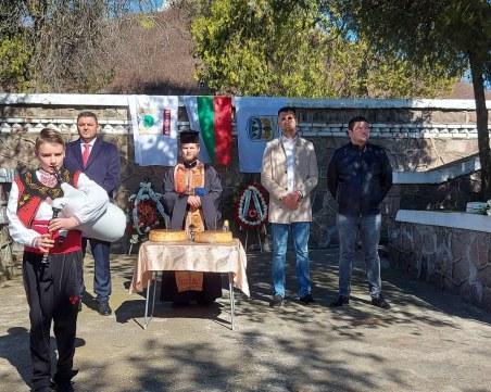 """Десетки знамена и цветя за Трети март в община """"Родопи"""""""