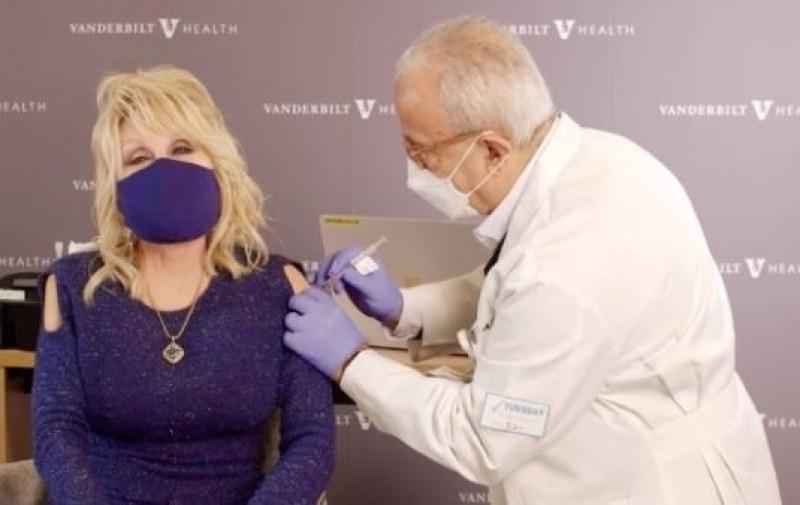 Доли Партън пя, докато я ваксинираха