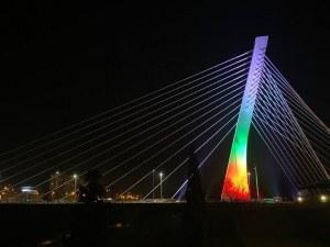 Българският трибагреник огря емблематичен мост в Черна гора