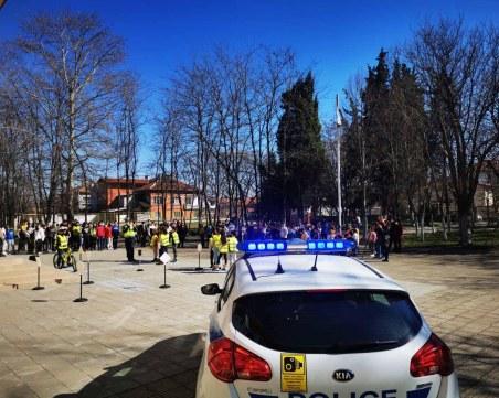 Пътни полицаи учиха на правилата за движение второкласници