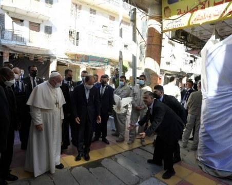 Историческа среща - призив за мир, между папа Франциск и аятолах Али Систани