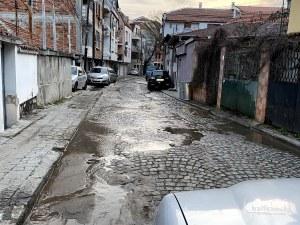 Авария: Улица в центъра на Пловдив отново под вода, живущите пък останаха на сухо