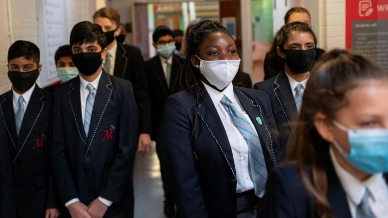 Отвориха училищата в Англия, ще правят по 2 теста седмично на дете