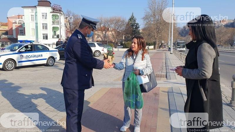 Пловдивски полицаи подаряват цветя на дамите шофьори
