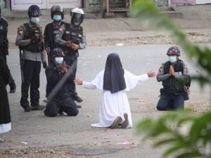 Монахиня защити протестиращите в Мианмар: Ще трябва да преминете през мен