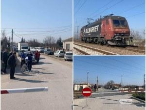 След зверския сблъсък между влак и кола: голямо задръстване в района на прелеза край Пловдив