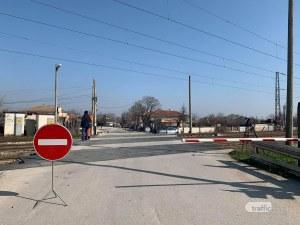Влак помете автомобил на жп прелез до Пловдив! Две жени са ранени