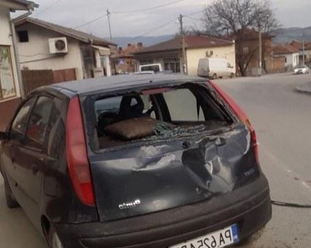 Изплашен кон, впрегнат в каруца, помете четири коли в Ракитово