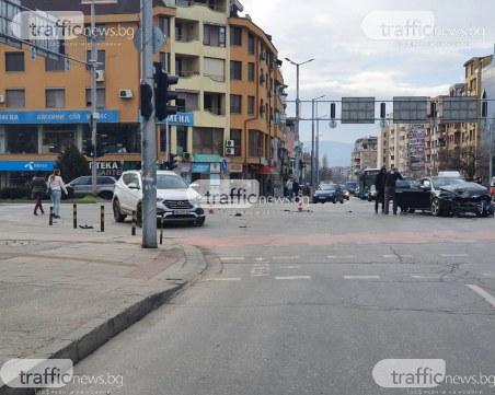 Катастрофа на натоварено кръстовище в Пловдив! Линейка е на мястото