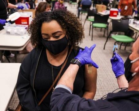 Регулатор: Ваксинираните с две дози могат да се срещат помежду си без маски