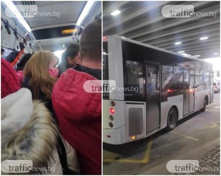 Претъпкани автобуси в Пловдив, кондуктор без маска и само часове след заповедта на щаба