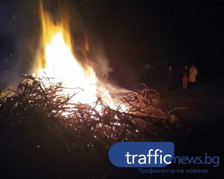 Огромен заговезнишки огън запалиха в Перущица