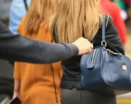 Трима тийнейджъри задигнаха 600 евро от жена в Пещера