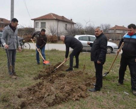 """Създадоха """"Парк на паметта"""" в Цалапица, Павел Михайлов и кметът на селото посадиха първото дърво"""