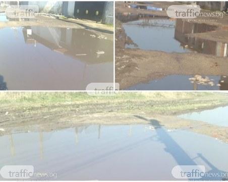 Лунен пейзаж: Улица в Рогош се превърна в езеро, местните - без канализация