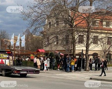Дистанция ли? Масовки от ученици и пенсионери заснети в Пловдив