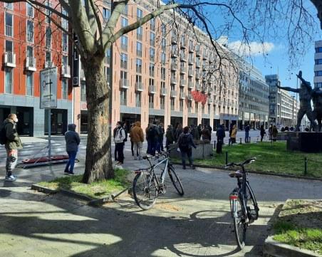 Опашки от българи пред секциите в чужбина, удължават изборния ден