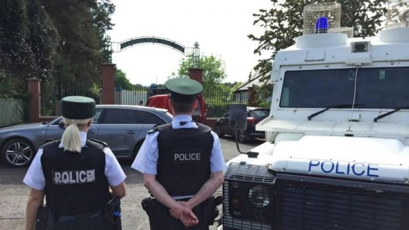 Размирици в Ирландия! Демонстранти палят автомобили, хвърлят бомби по полицаи
