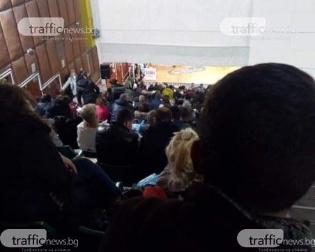 Членове на СИК чакат с часове на дъжда в Хасково, припадат по стълбите