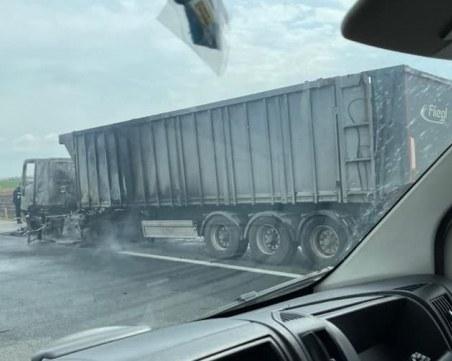 Камион пламна на магистралата, движението е затруднено