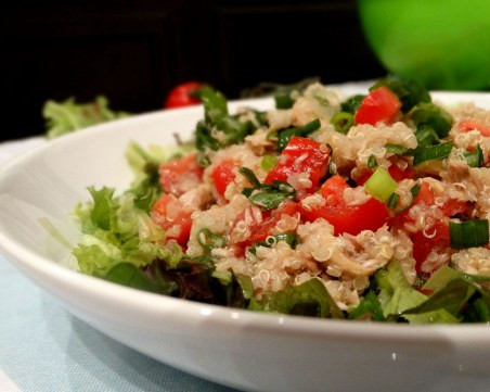 Вкусно, здравословно и без калории: Салата от киноа с домат