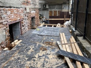 Бизнесмен копае и налива бетон на метри от Главната, без документи от