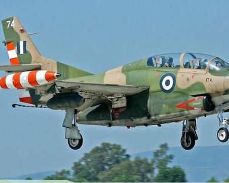 Учебен военен самолет падна в Измир