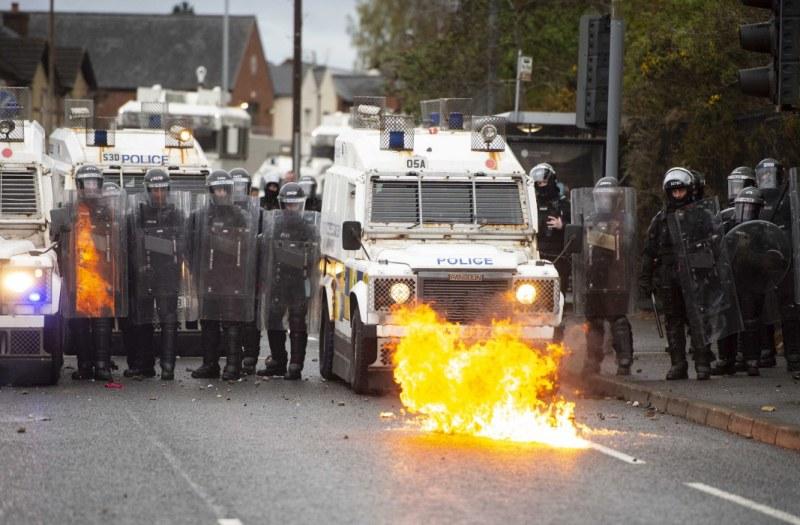 Размириците в Северна Ирландия продължават! Ранените полицаи вече са 88