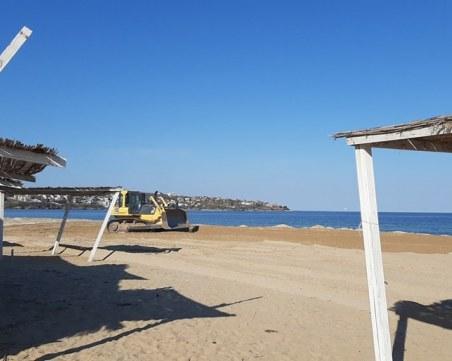 Багер заравнява плажа на