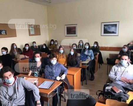Министърът на образованието: Следващата учебна година ще е присъствена