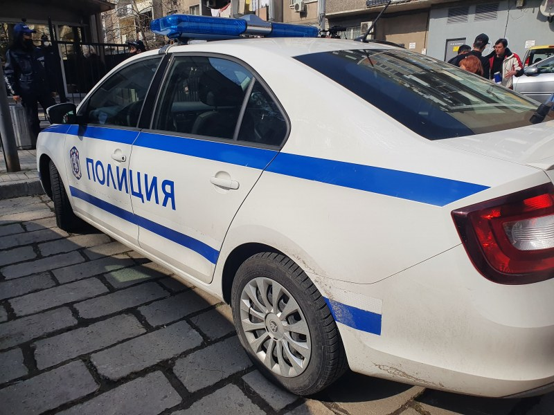 След разкритията на Александър Апостолов: Полицаи отведоха поемно лице в районното