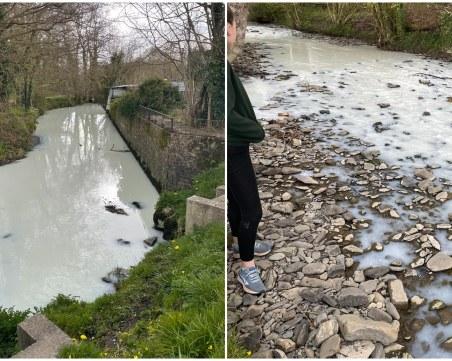 Уелската река побеля, след като цистерна катастрофира и разля мляко в нея