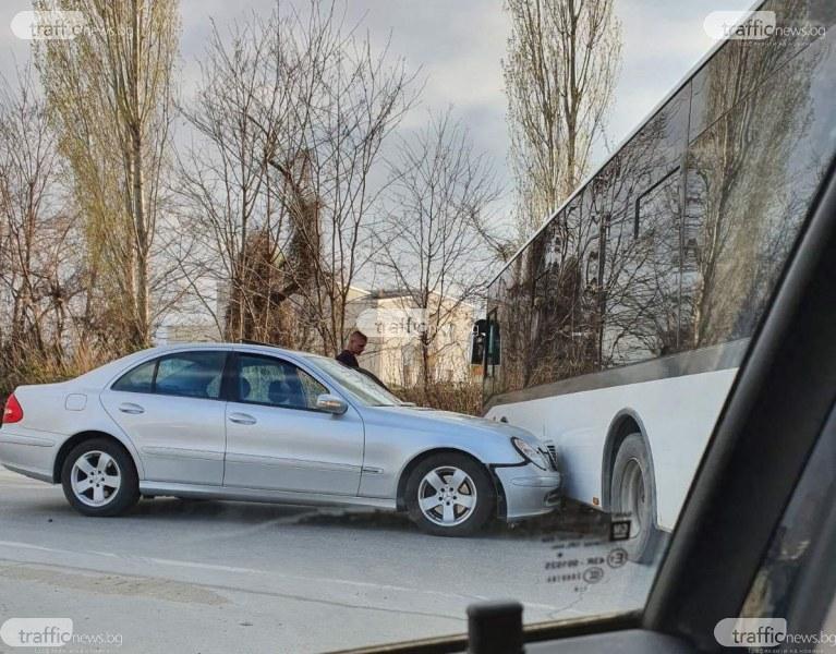 Кола се заби в автобус на изхода на Пловдив