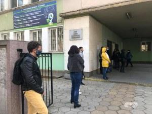 Тълпи от родители в Пловдив чакат на опашки, за да запишат децата си на предварителни матури