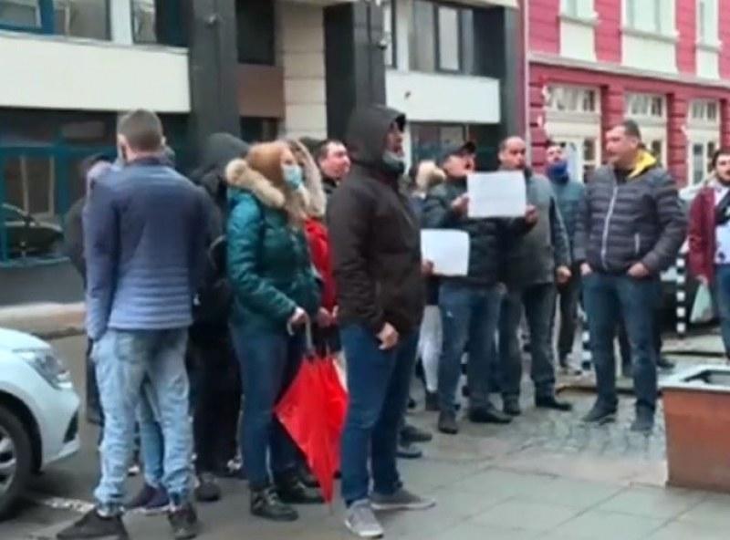 """Младежи от БСП скандират """"Оставка"""" пред централата на социалистите"""