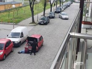 Да викаш неволята: Пловдивчани ремонтираха автомобила си насред улицата