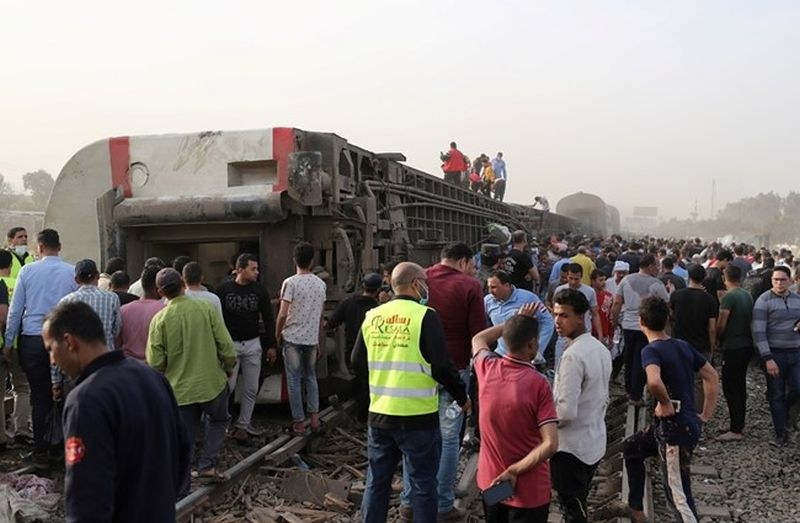 Влак дерайлира в Египет, има близо 100 ранени