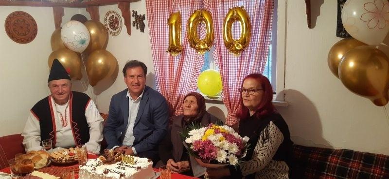 Нова столетница в Пловдивско! Баба Мина се радва на четирима правнуци