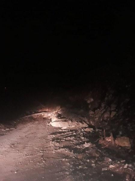 Свлачище затруднява движението по пътя Михалково – Кричим