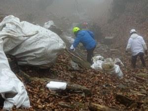 Доброволци извадиха огромни количества отпадъци от дере край пловдивски път