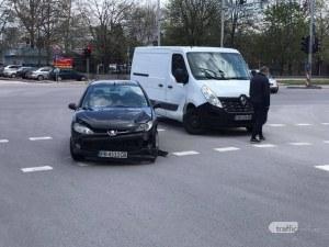 Кола и бус се удариха на възлово кръстовище в Пловдив