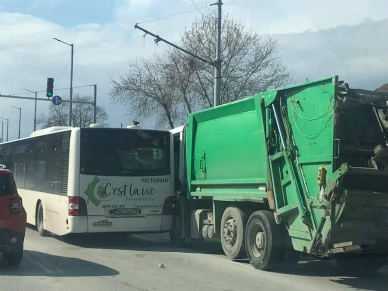 Зверска тапа на един от входовете на Пловдив заради катастрофа между автобус и сметовоз