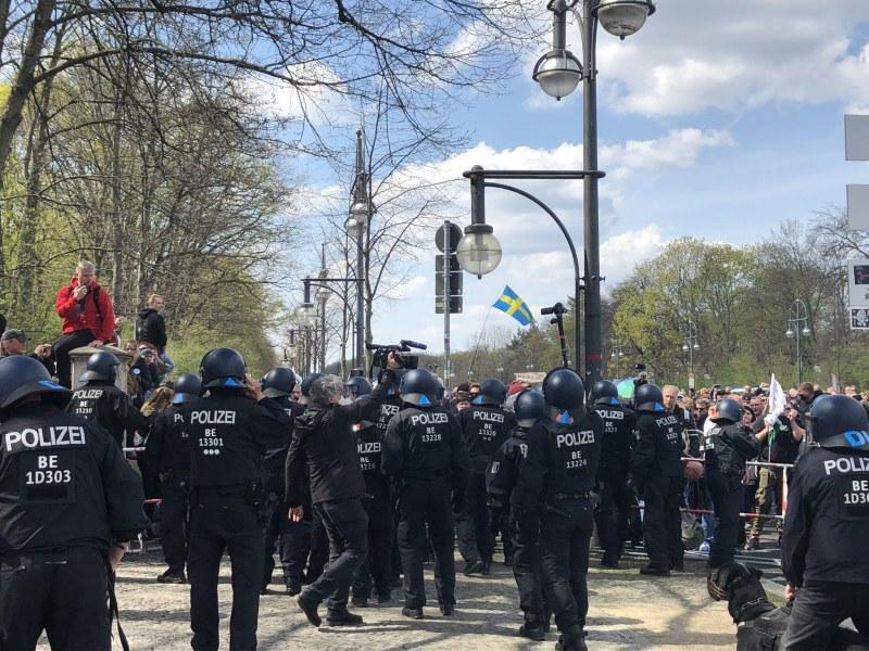 Хиляди излязоха на протест в Берлин срещу нов закон за локдауна