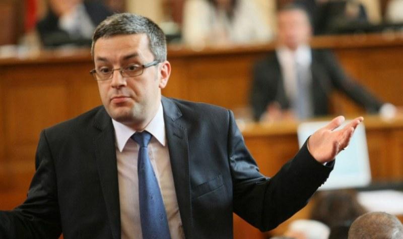 Тома Биков: На ръба сме на криза сме, а вие се карате кой пръв се е сетил за мораториума