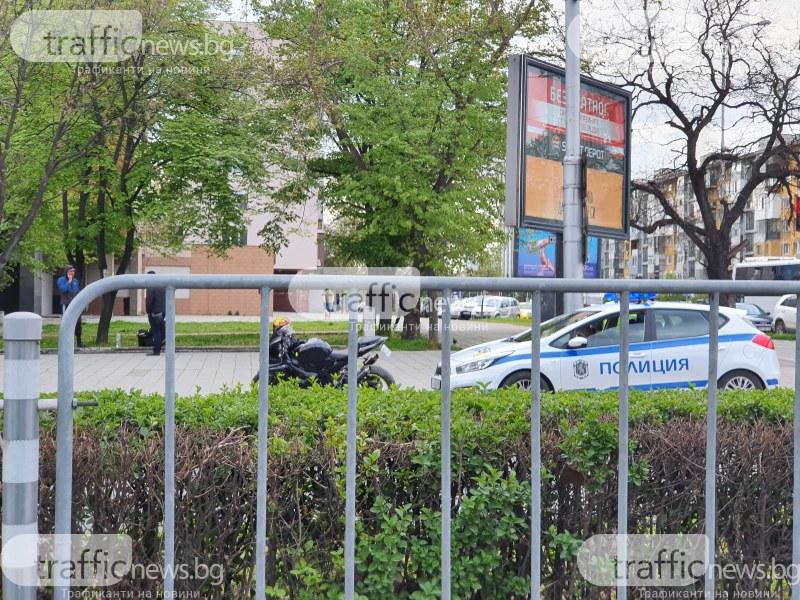 Гонка в Кършияка! Моторист се блъсна в кола, бяга от полицаи