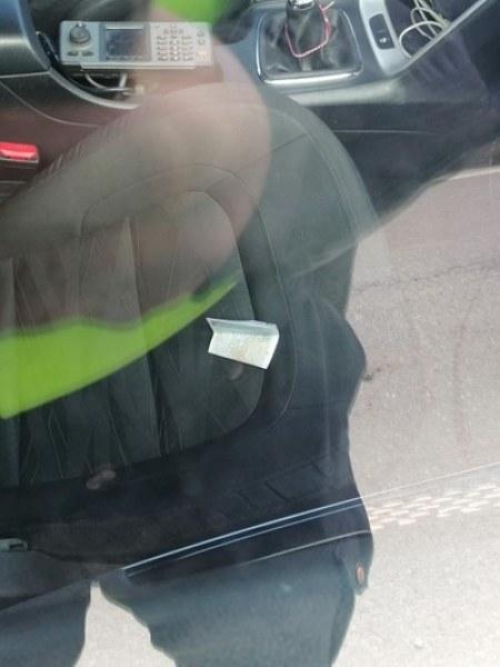 Водач подхвърли 25 лева на полицаи край Пловдив, колата била с прекратена регистрация