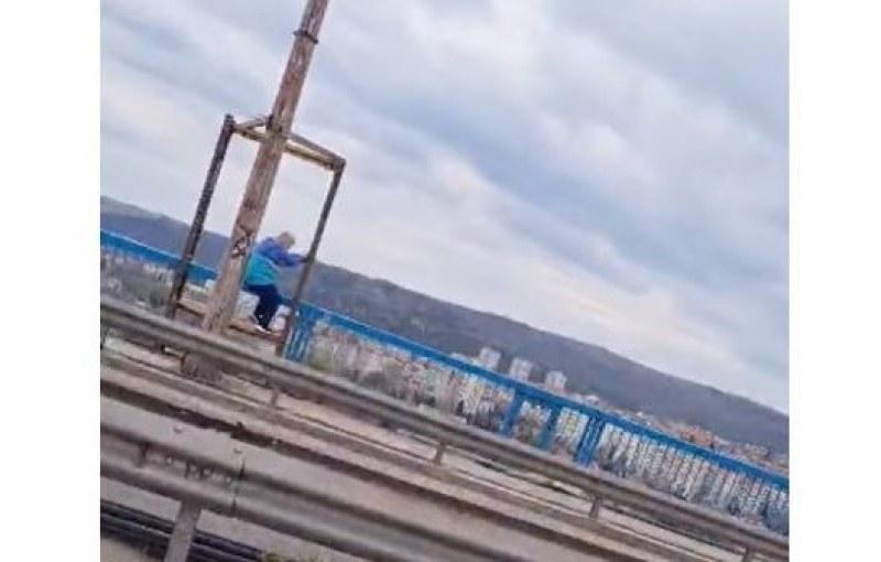 Жена се опита да се хвърли от Аспаруховия мост във Варна