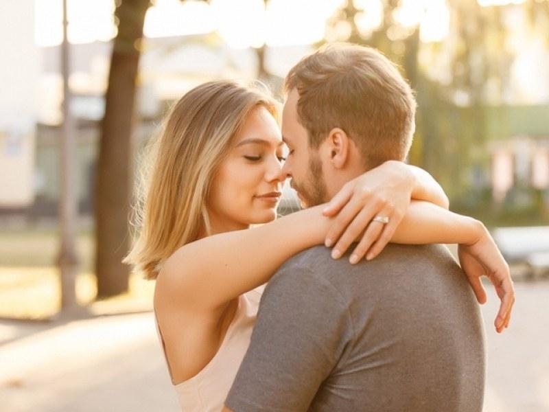 Как да разберете любовта му според това как ви целува?