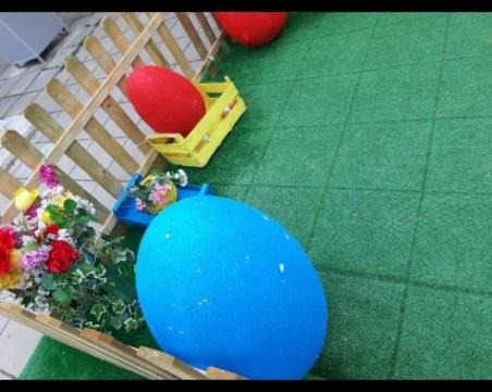 Пред очите на родителите: Деца изпочупиха великденската украса в центъра на Казанлък